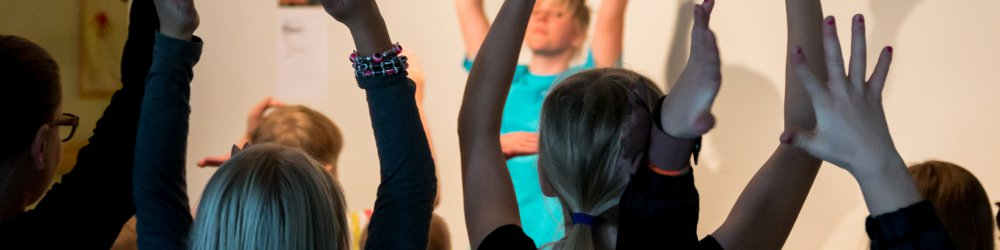 Söndagsskolebarn med händerna i luften